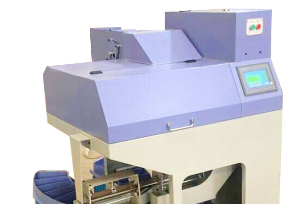 LGJ200B型全自动络筒理管机是公司自主开发,大胆创新,精心研制的一种高效节能型纺机设备,属国内外首创,产品采用自动识别检测等技术、吸收了国际先进技术,与每台络筒机连接,自动将络筒机上出来的细纱管分色,分拣,将细纱空管,残纱管自动分离,同时将细纱空管大小头自动理顺,自动分色收集,自动换框。
